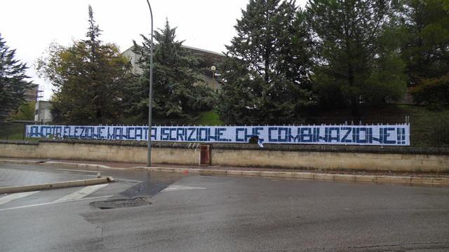 Lo striscione affisso in Via Dante a Matera, FOTO: TUTTOMATERA.COM