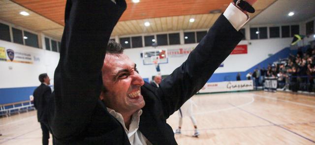 L'esultanza di coach Agostino Origlio, FOTO: ROBERTO LINZALONE-OLIMPIAMATERA.IT