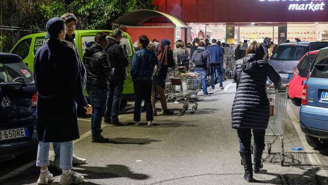 Supermercati presi d'assalto, FOTO: ANSA