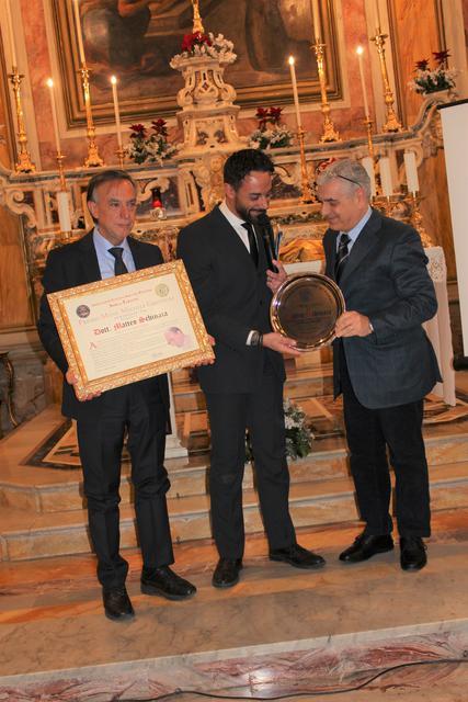 Il momento della consegna del Premio Grottoli a Matteo Schinaia