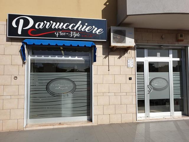 """L'insegna di Parrucchiere Uomo """"Free Style by Aldo Natale"""", in via Sciabelle, 2/A a Taranto"""