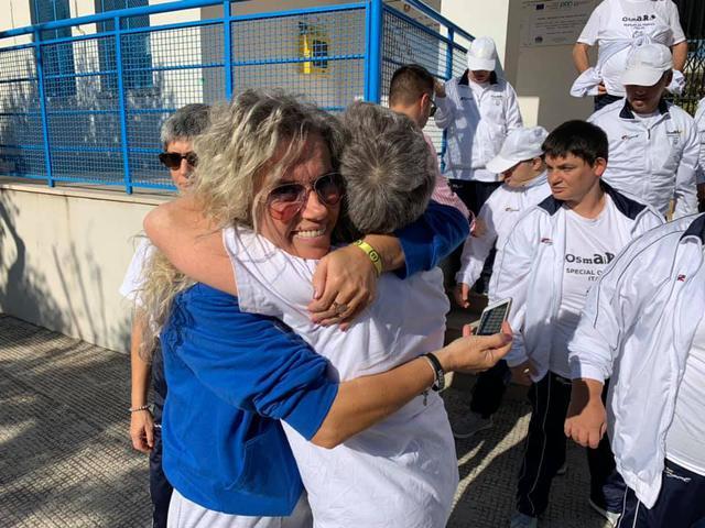 L'organizzatrice Rosanna Zìlio abbraccia un partecipante