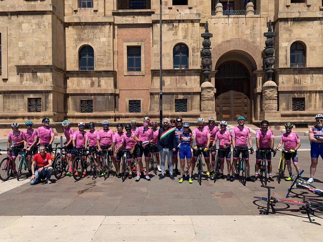 Fabiano Marti, assessore allo sport del Comune di Taranto, accoglie i 18 ciclisti