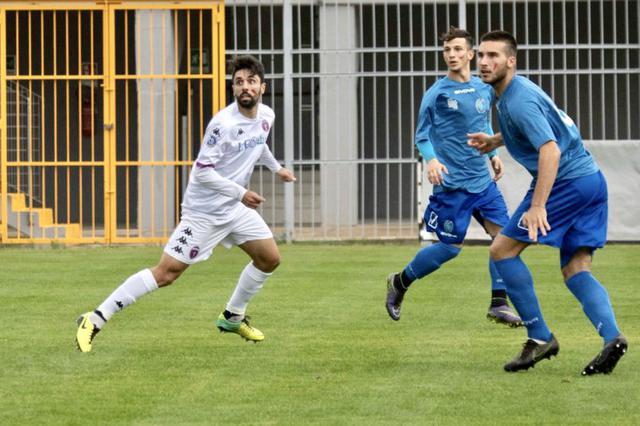 Nicola Russo, attaccante del Casarano, in maglia bianca