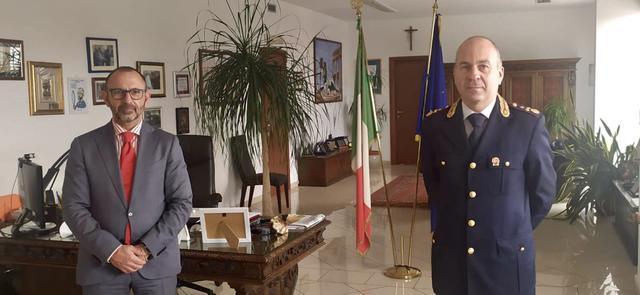 Fulvio Manco (a dx) con il questore Bellassai