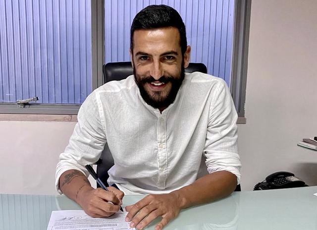 Vincenzo Corvino sorride nel giorno in cui firma con il Taranto