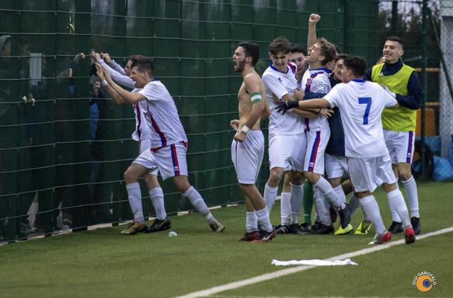 I calciatori del Casarano festeggiano il 2-2 - Foto Gigi Garofalo