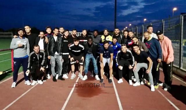 Foto ricordo: i calciatori di Taranto e Manduria