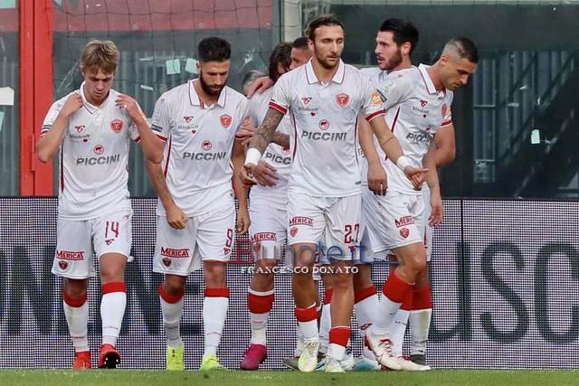 Lesultanza dei calciatori del Perugia dopo la rete di Iemmello su rigore