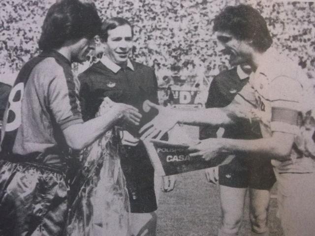 13 maggio 1984, campionato di C/1, Taranto-Casarano 0-0: scambio di gagliardetti tra i due capitani, Di Giamo per il Taranto e Caligiuri per il Casarano, sotto lo sguardo del direttore di gara Bin di Torino