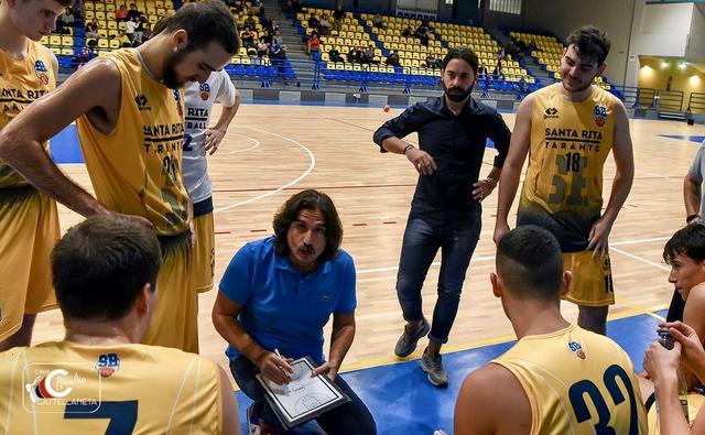 Coach Mineo mentre catechizza la squadra - Foto Aurelio Castellaneta