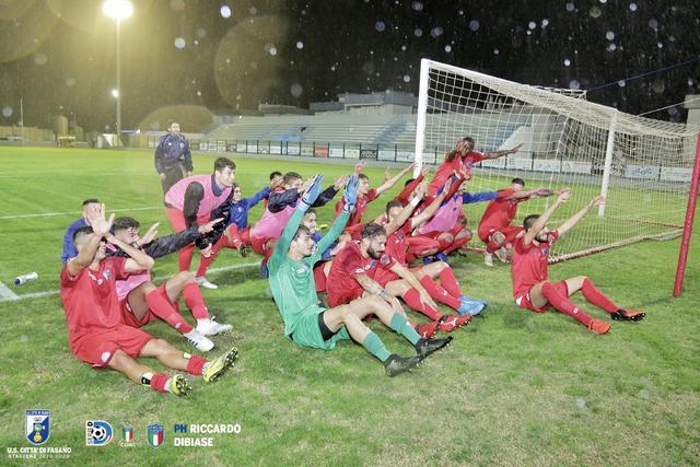 I calciatori del Fasano esultano dopo una vittoria