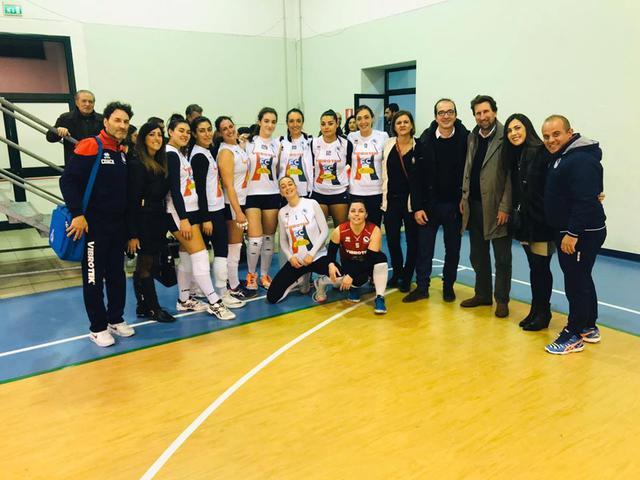La Vibrotek Leporano posa con dirigenti, sindaco Damiano e la delegata allo sport Serena Tardiota