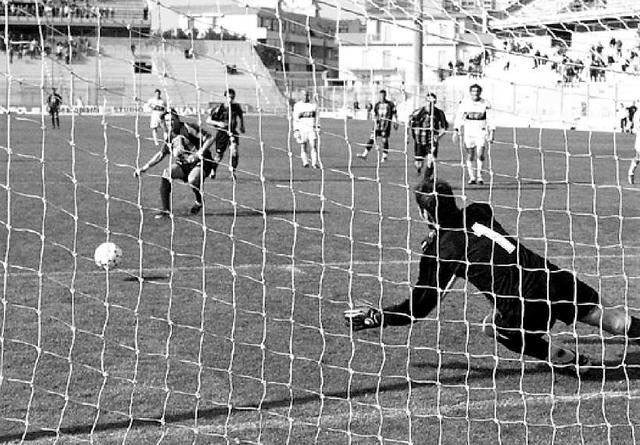 Gigi Panarelli trasforma il rigore del momentaneo 1-1 battendo Rossi