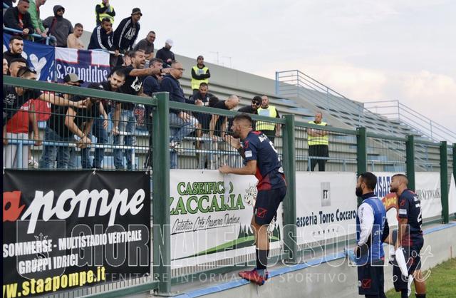 Peppe Genchi, in qualità di capitano per lassenza di Stefano DAgostino, a colloqui con i tifosi - Foto Walter Nobile