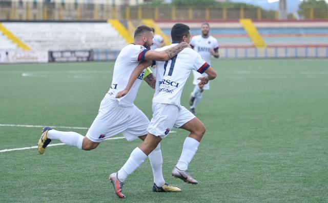 Max Marsili esulta con Santarpia dopo il primo gol del Taranto