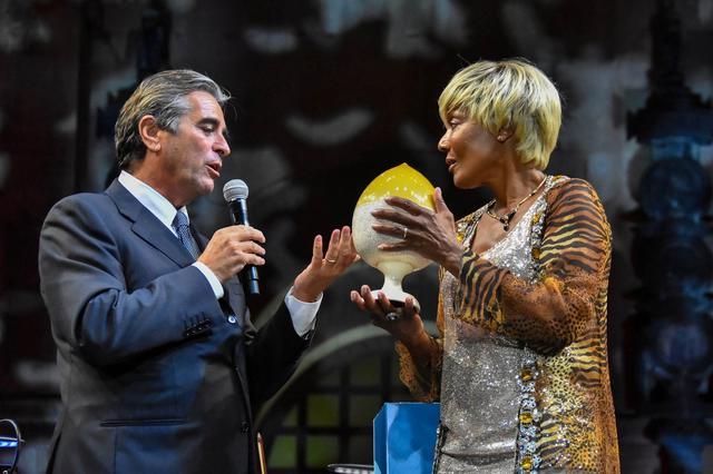 Amii Stewart con Emanuele di Palma, presidente della BCC San Marzano