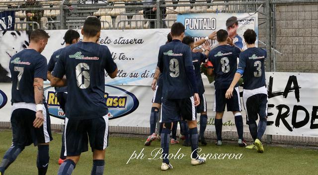 I calciatori del Martina rendono omaggio allo striscione di Fabiano Colucci, ex calciatore biancazzurro scomparso un anno fa