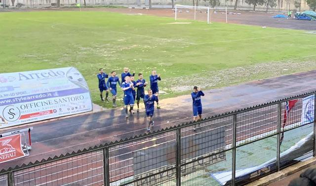 I calciatori del Grottaglie salutano i tifosi a fine partita - Foto Calcio Grottaglie Web