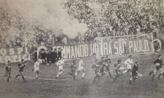 Casarano-Taranto 0-0: 26/11/1989, C1/B. Entrata in campo: in testa l'arbitro Bazzoli di Merano e i due capitani Sasso per gli jonici (maglia bianca)l Navone per i salentini