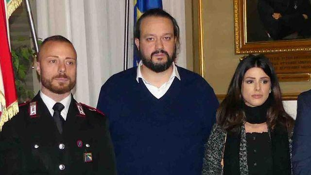 Domenico Spataro (sx) e sua cognata con il sindaco Alan Fabbri