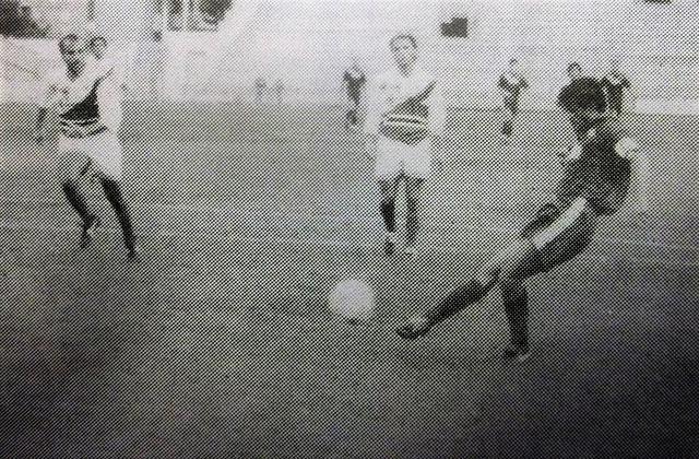 In una foto dellepoca, il tarantino Presicci firma il gol del definitivo 2-0