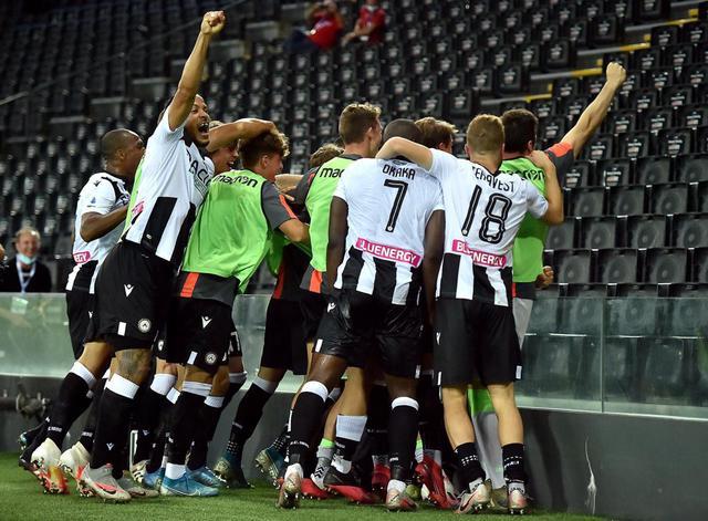 I giocatori dell'Udinese festeggiano dopo la vittoria contro la Juventus (ph. Twitter Udinese Calcio Official)