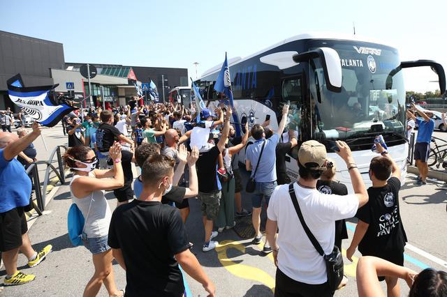 I tifosi dell'Atalanta hanno accolto i giocatori all'areoporto (Ph. Twitter)