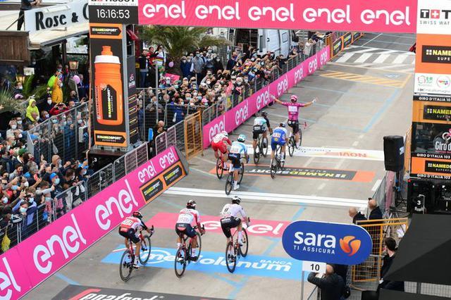 L'arrivo dell'undicesima tappa del Giro 2020 (Ph. Twitter)