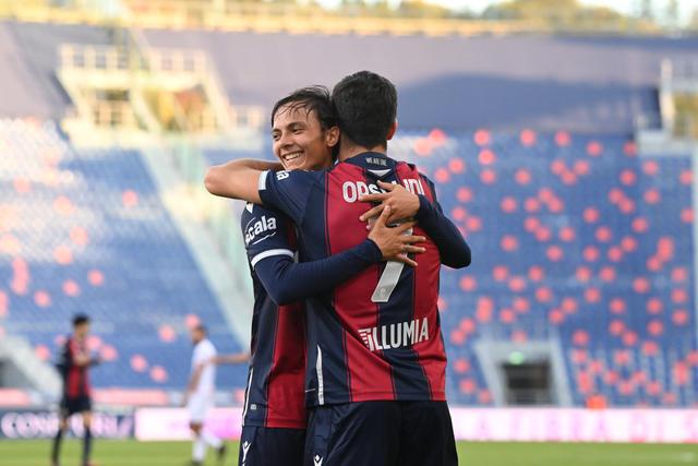 Vignato e Orsolini festeggiano il gol alla Reggina (ph. bolognafc.it)