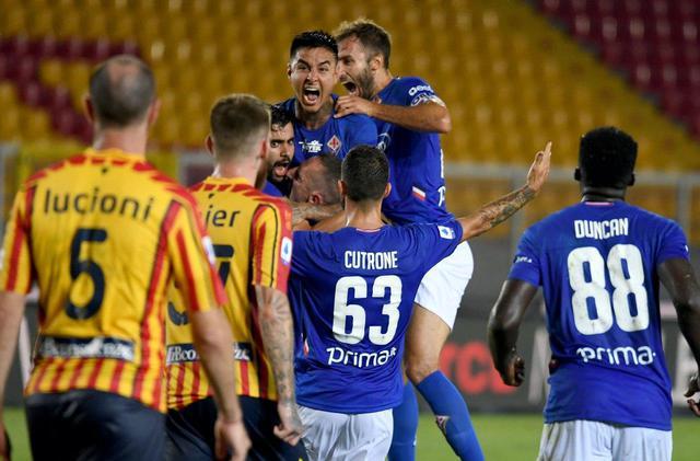 I giocatori festeggiano dopo il gol al Lecce (ph. Twitter Acf Fiorentina Official)