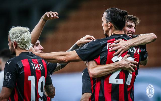 Zlatan Ibrahimovic festeggiato dopo il gol al Cagliari (ph. Twitter Ac MIlan Official)