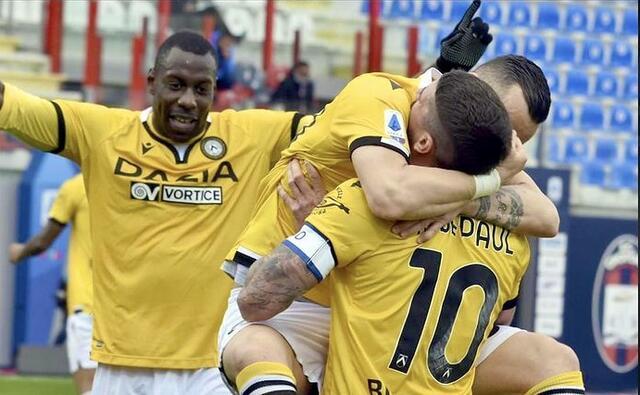 Rodrigo De Paul esulta con i compagni in Crotone-Udinese 1-2 (Profilo social Udinese)
