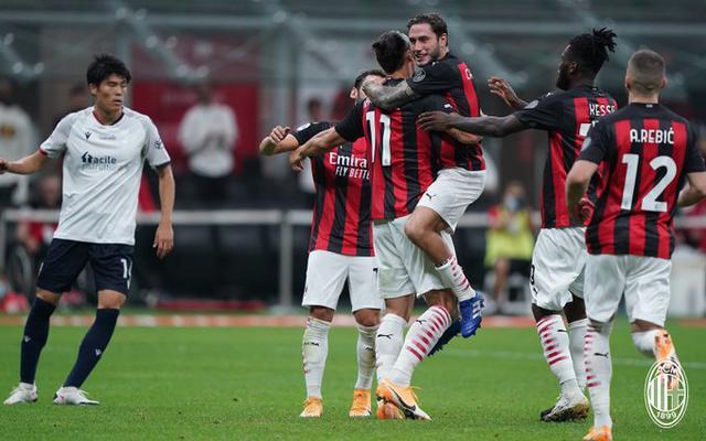 Zlatan Ibrahimovic festeggiato dopo la rete al Bologna (ph. Official Twitter Ac MIlan)