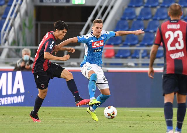 Milik in contrasto con Tomiyasu (ph. Twitter SSC Napoli Official)