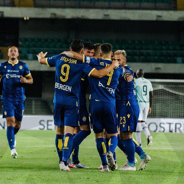 I giocatori del Verona festeggiano (ph. Twitter Hellas Verona Official)