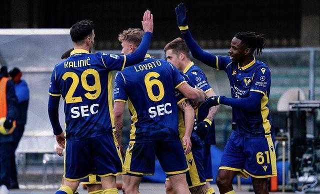 I ragazzi di Juric esultano in Hellas Verona-Crotone 2-1 (Profilo social Verona)