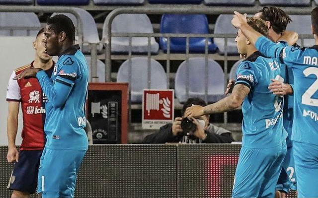 Emanuel Gyasi esulta con i compagni in Cagliari-Spezia 2-2 (Profilo social Spezia)