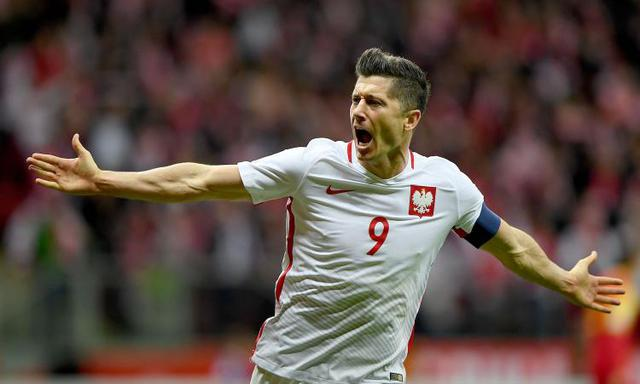 Lewandowski esulta con la maglia della Polonia (Ph. Calciomercato.com)