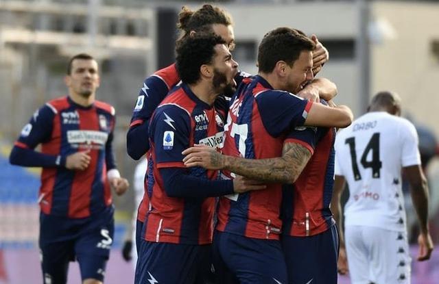 I ragazzi di Stroppa esultano in Crotone-Benevento 4-1 (Profilo social Crotone)