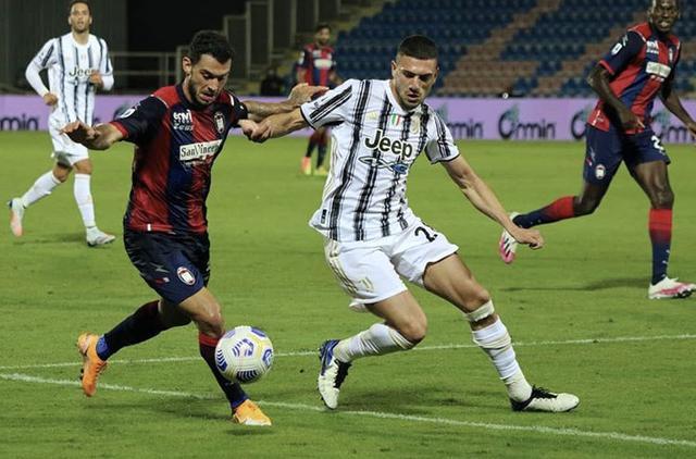 Un'azione di gioco in Crotone-Juventus 1-1 (Profilo social Crotone)