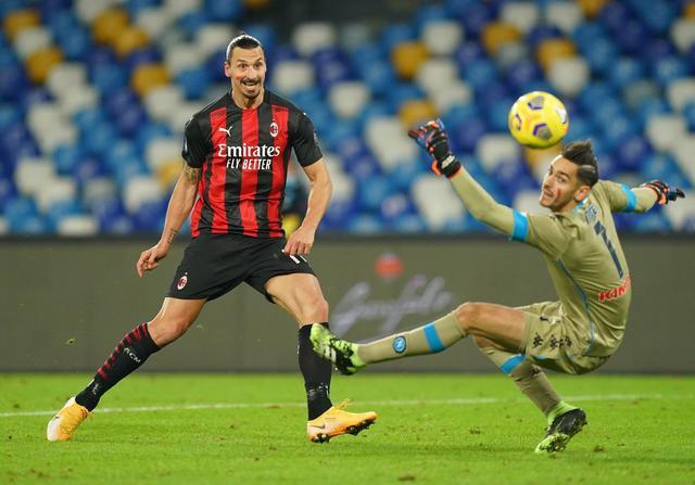 Zlatan Ibrahimovic contro il Napoli (ph. Twitter Ac MIlan Official)