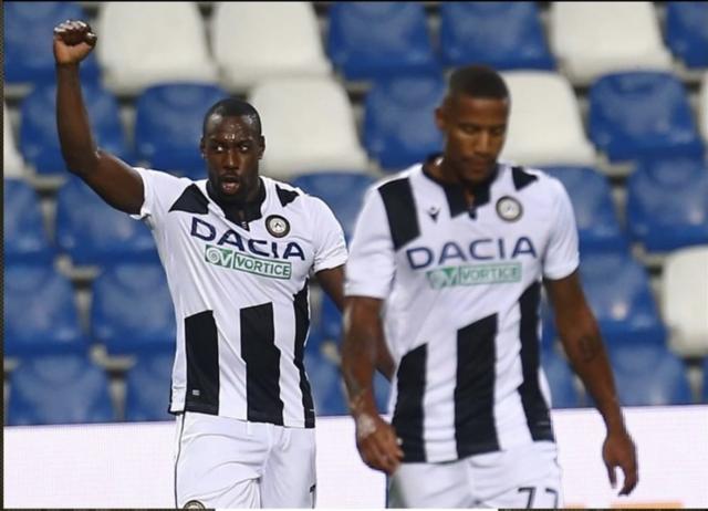 Stefano Okaka festeggia dopo la rete al Sassuolo (ph. Instagram Udinese Calcio)