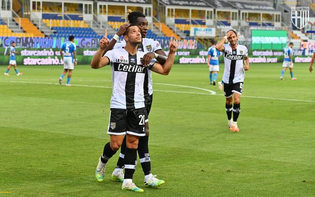 Caprari esulta dopo il rigore realizzato al Napoli (ph. Twitter Parma Calcio Official)