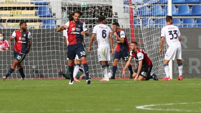 I giocatori di Crotone e Cagliari in azione (ph social)