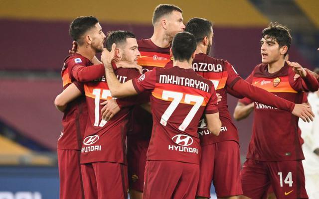 Mkhitaryan abbracciato dai compagni (Ph. Sky Sport)