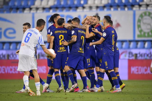 I giocatori della Roma esultano dopo una rete alla Spal (ph. Twitter As Roma Official)