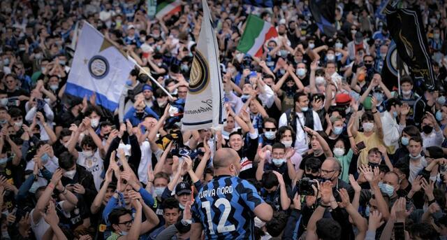 I tifosi dell'Inter festeggiano in piazza la conquista dello scudetto (ph social)