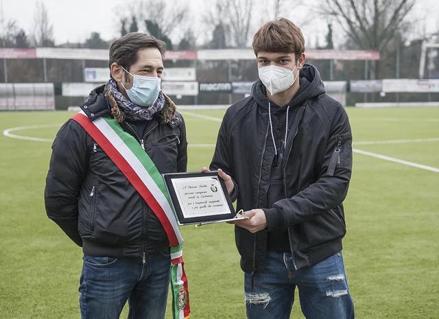 Il sindaco di Castenaso Carlo Gubellini premia Simone Rabbi (Foto di Rino Tantini)