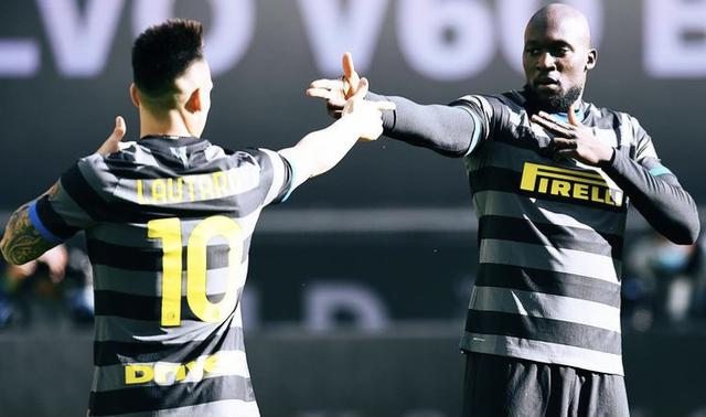 Lautaro Martinez e Romelu Lukaku esultano in Inter-Genoa 3-0 (Profilo social Inter)